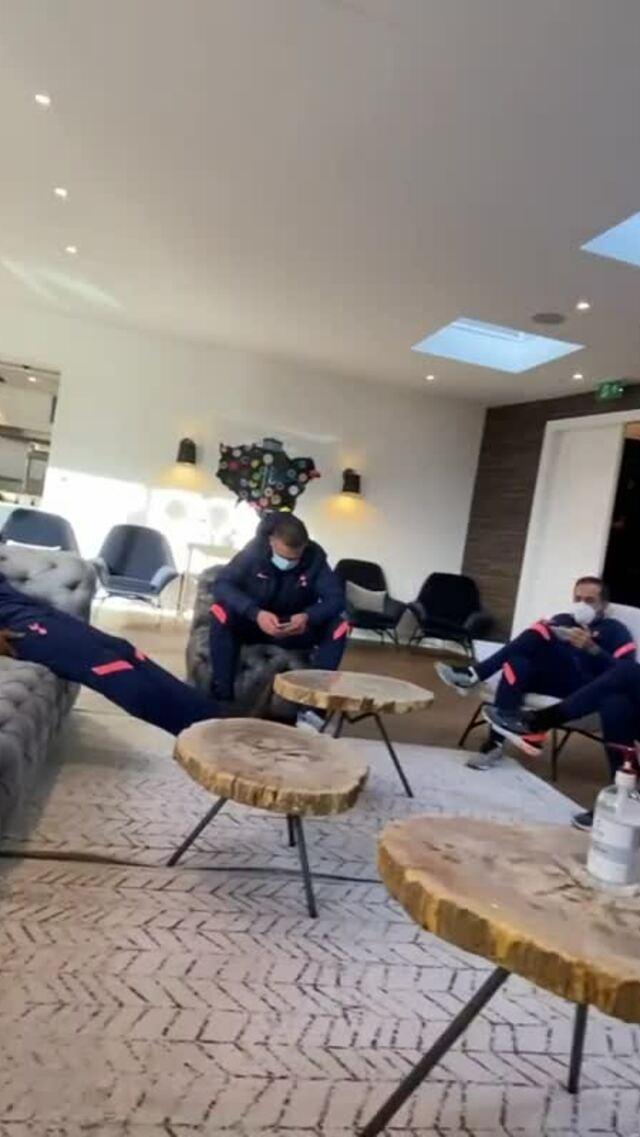 Mourinho dan pemain Tottenham menunggu pertandingan Fulham