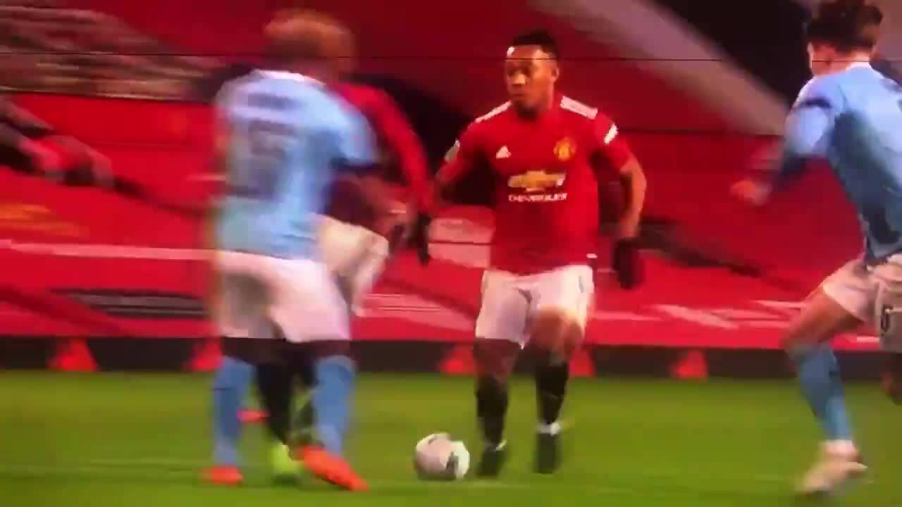 Martial jatuh dan berpura-pura mendapat penalti