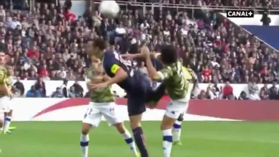 Ibrahimovic melakukan tendangan tumit bergaya taekwondo