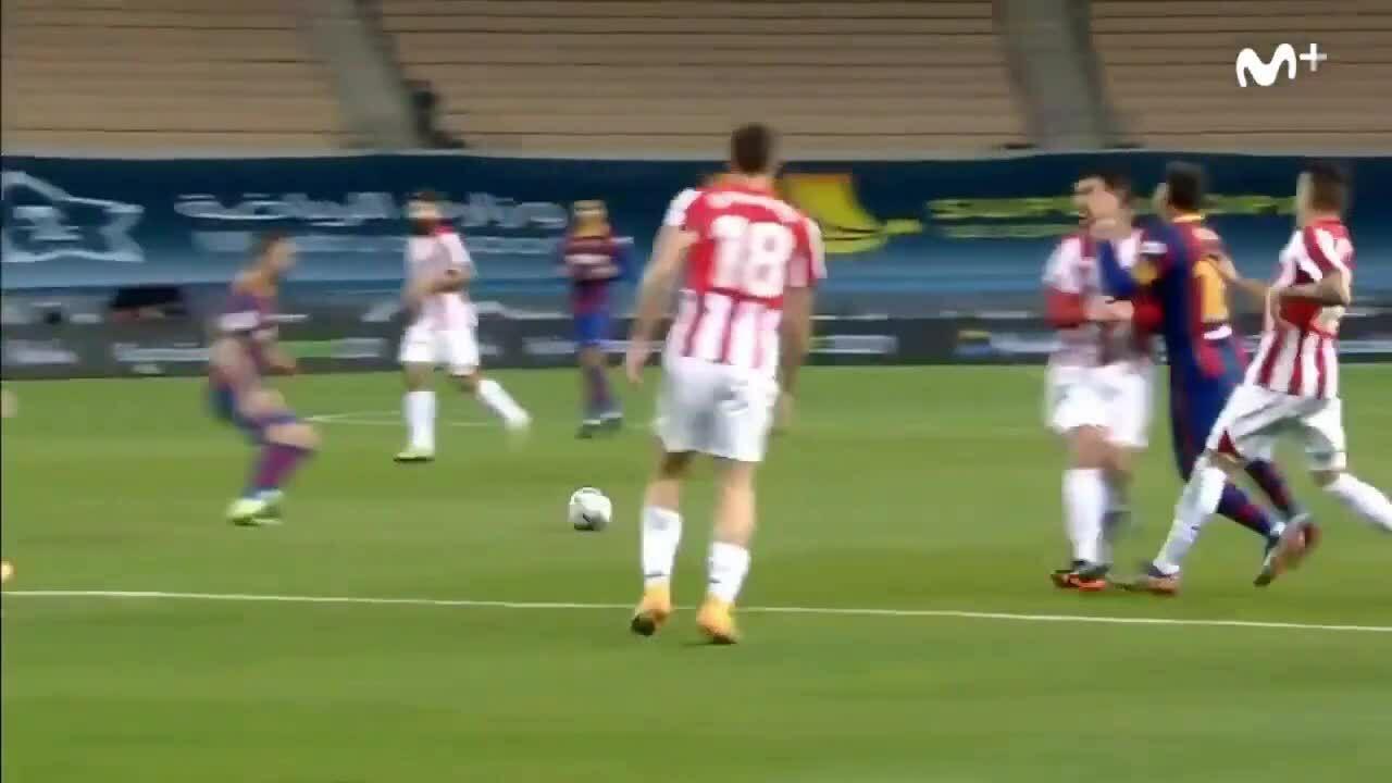 Messi hai lần đấm vào mặt đối thủ