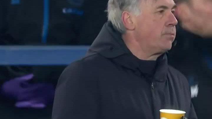 Ancelotti menyesap air ketika dia mengalahkan Mourinho