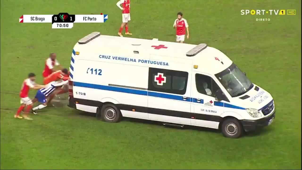 Penjaga mendorong ambulans ke lapangan