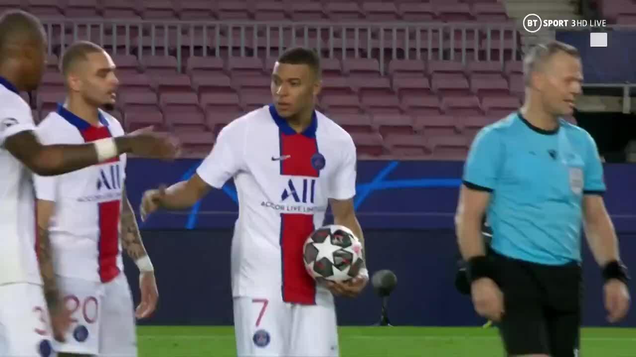Mbappe menahan bola setelah Barca unggul 4-1