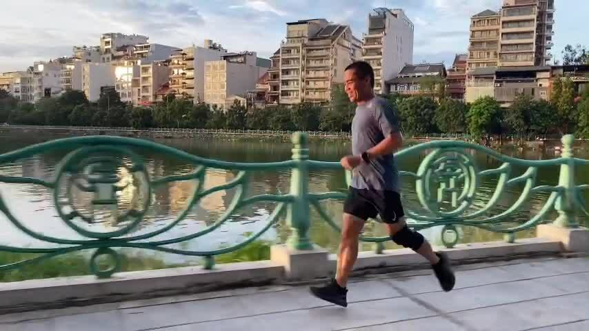 The 48-year-old director runs 5 laps of West Lake during the day