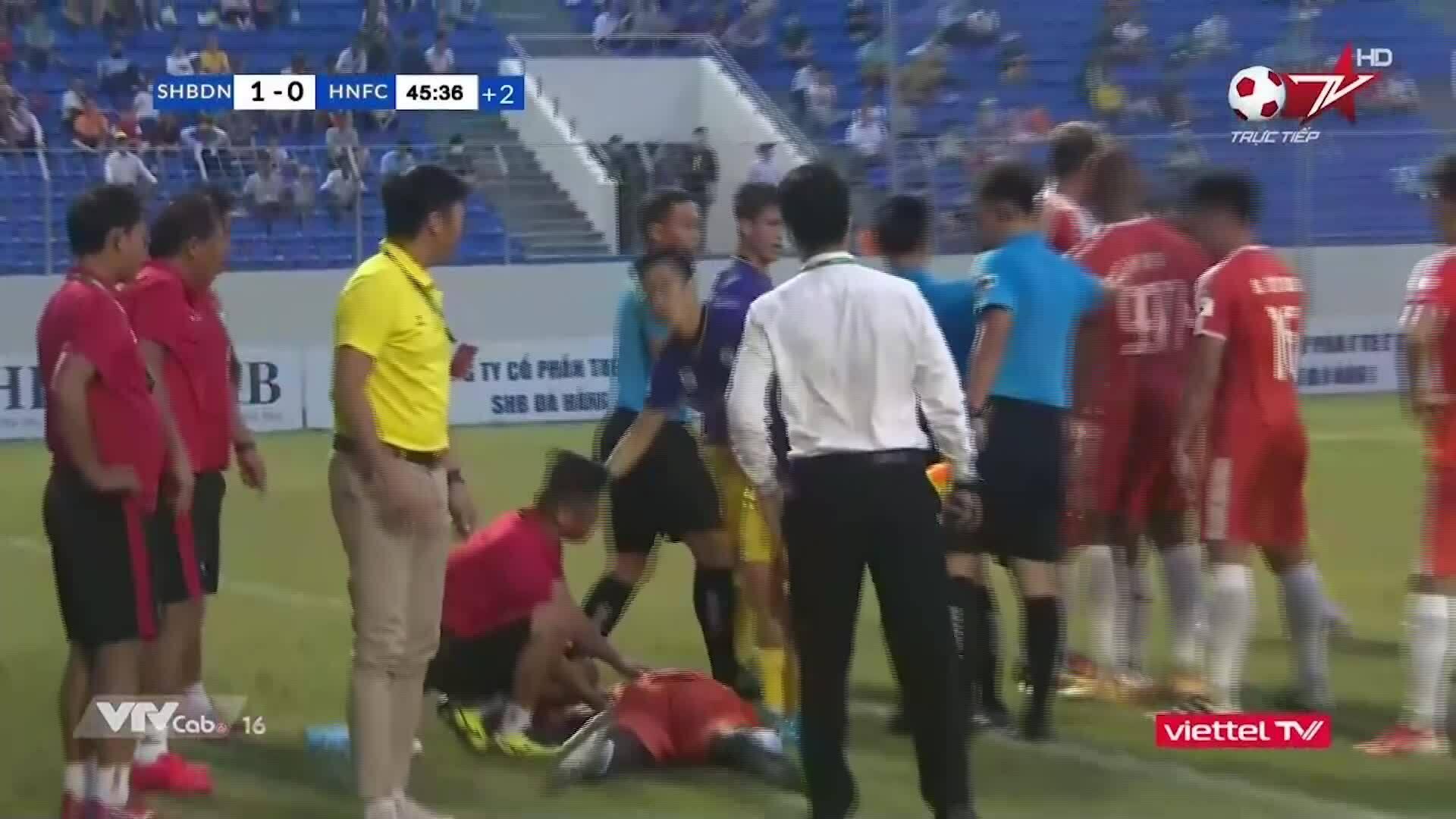 Va chạm giữa cầu thủ Đà Nẵng và Hà Nội