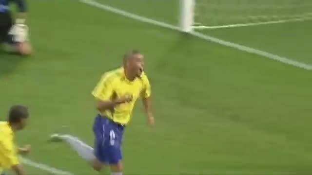 Ronaldo ghi bàn vào lưới Thổ Nhĩ Kỳ ở bán kết World Cup 2002