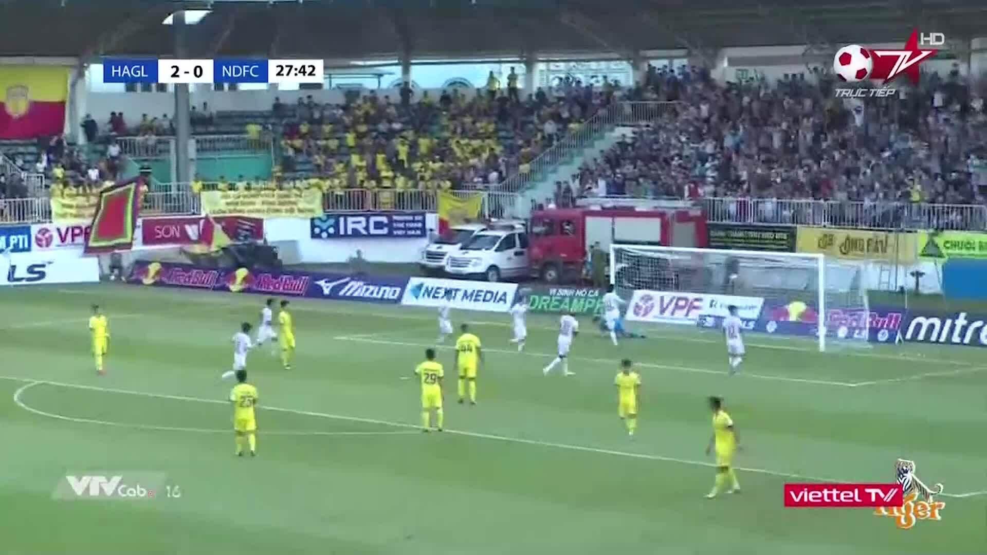 Van Toan mencetak gol penalti