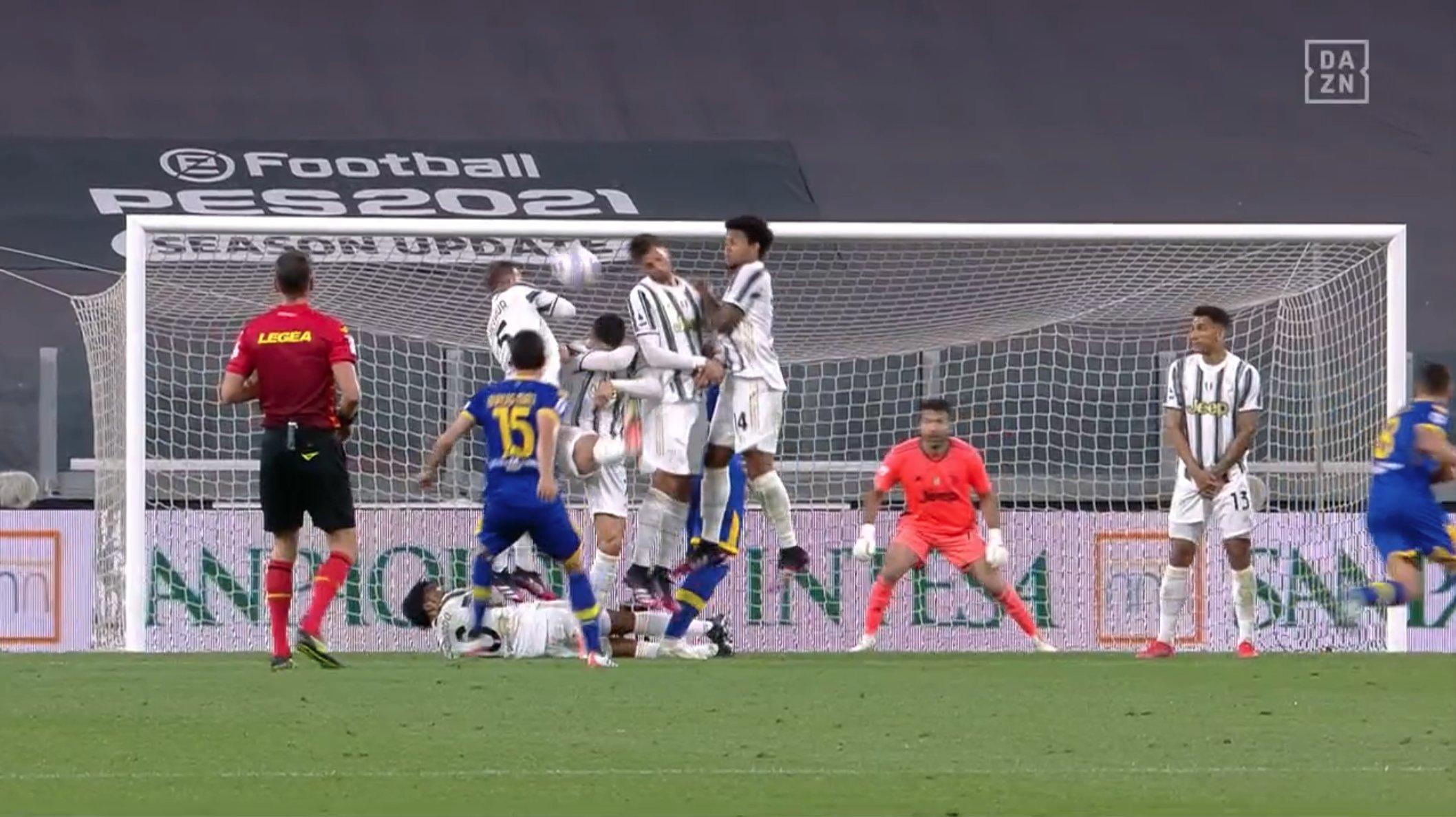 Ronaldo melakukan kesalahan saat membuat penghalang dari tendangan bebas