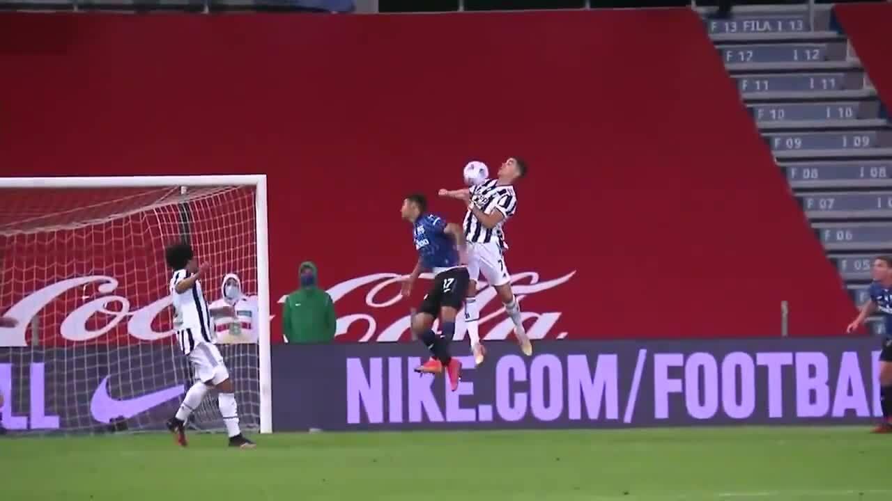 Ronaldo gây sốt với pha bật nhảy đỡ ngực