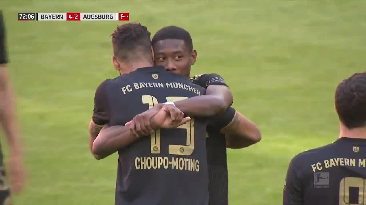 Alaba xúc động ôm các đồng đội khi rời sân ở phút 73