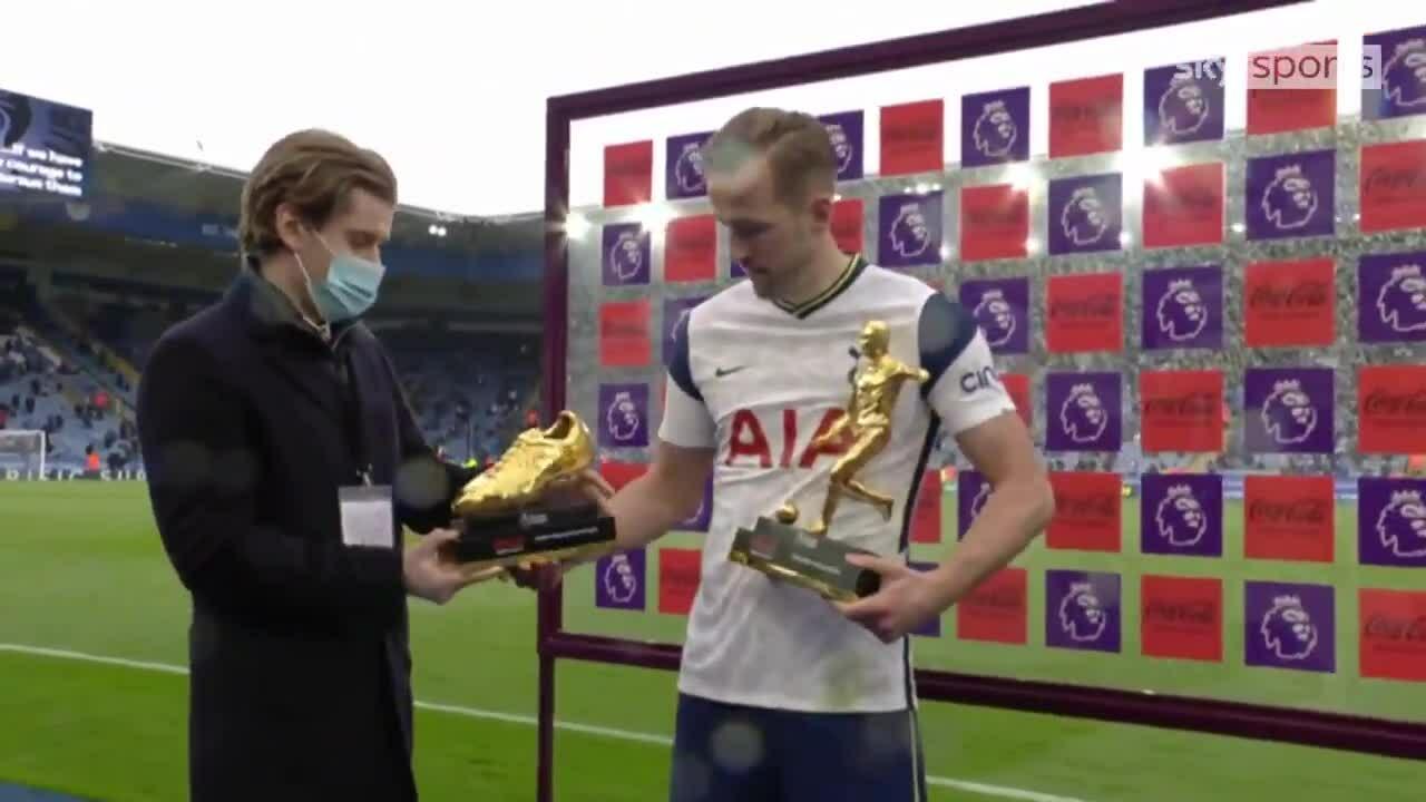 Kane menerima penghargaan pencetak gol terbanyak dan raja assist