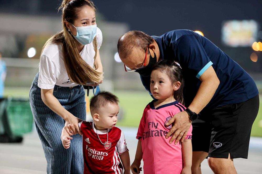 Pelatih Park Hang-seo bermain dengan penggemar muda di Dubai