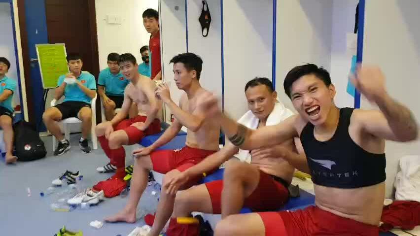 Cầu thủ Việt Nam hát mừng sau trận Malaysia