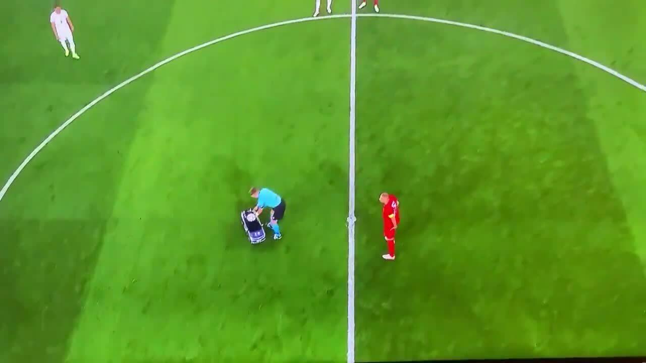 Xe điều khiển từ xa mang bóng vào sân trước trận Italy - Thổ Nhĩ Kỳ