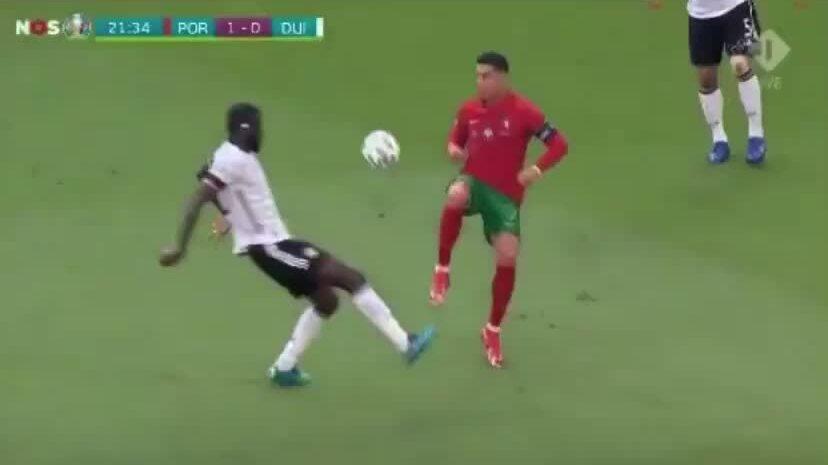 Hamann: 'Ronaldo trông như gã ngốc'