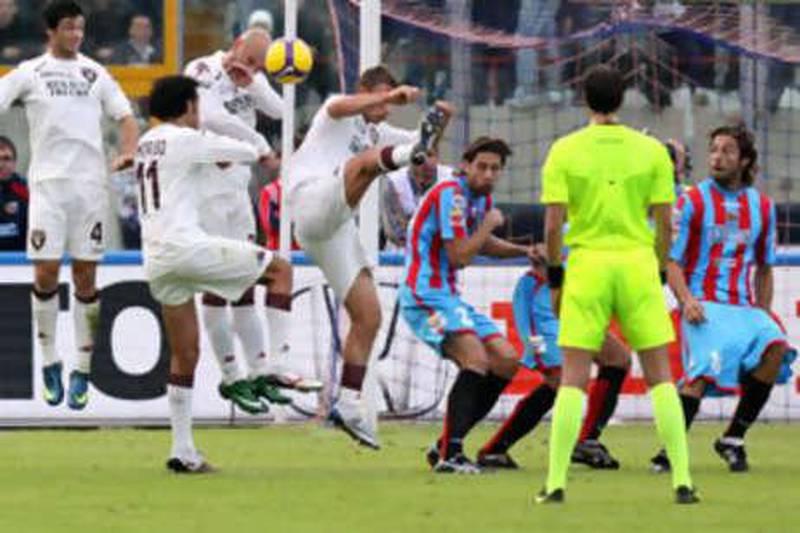 Pemain Catania itu menjatuhkan celananya dalam tendangan bebas sesuai dengan naskah Gianni Vio