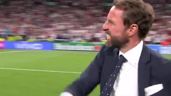 Southgate chia vui với CĐV tại Wembley