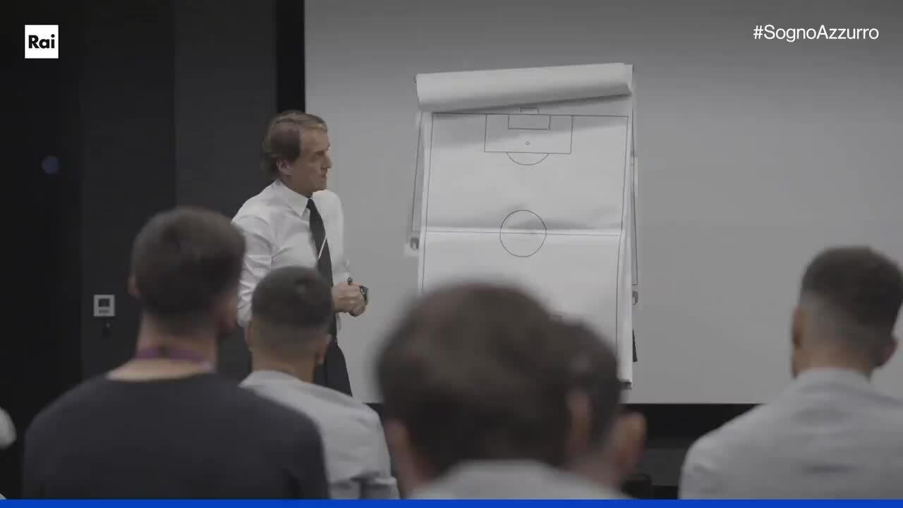 Mancini tidak keberatan dengan tiga bek tengah Inggris England