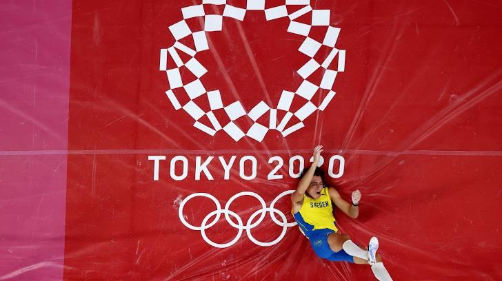 Armand Duplantis memenangkan emas dalam lompat galah