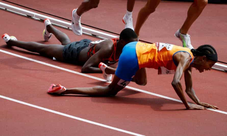 Atlet yang tersandung dan masih finis pertama di babak kualifikasi
