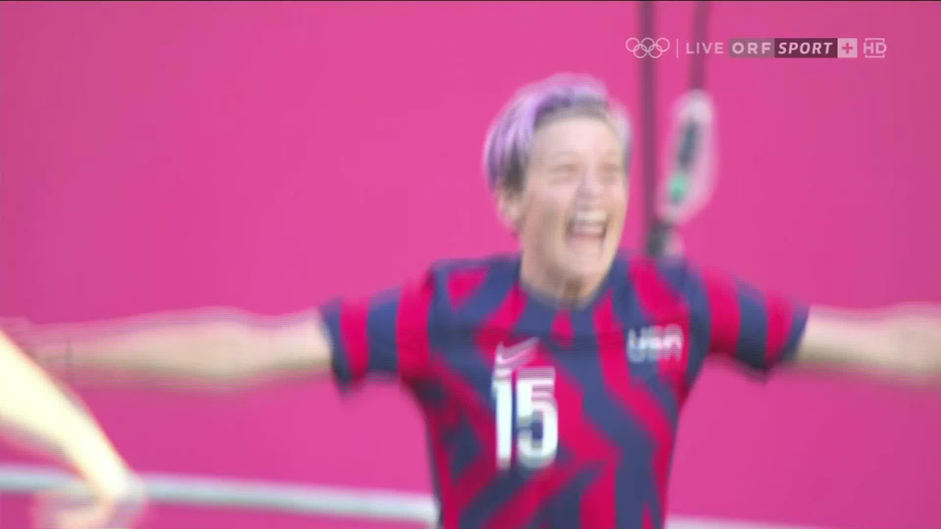 Megan Rapinoe ghi bàn ở chấm phạt góc