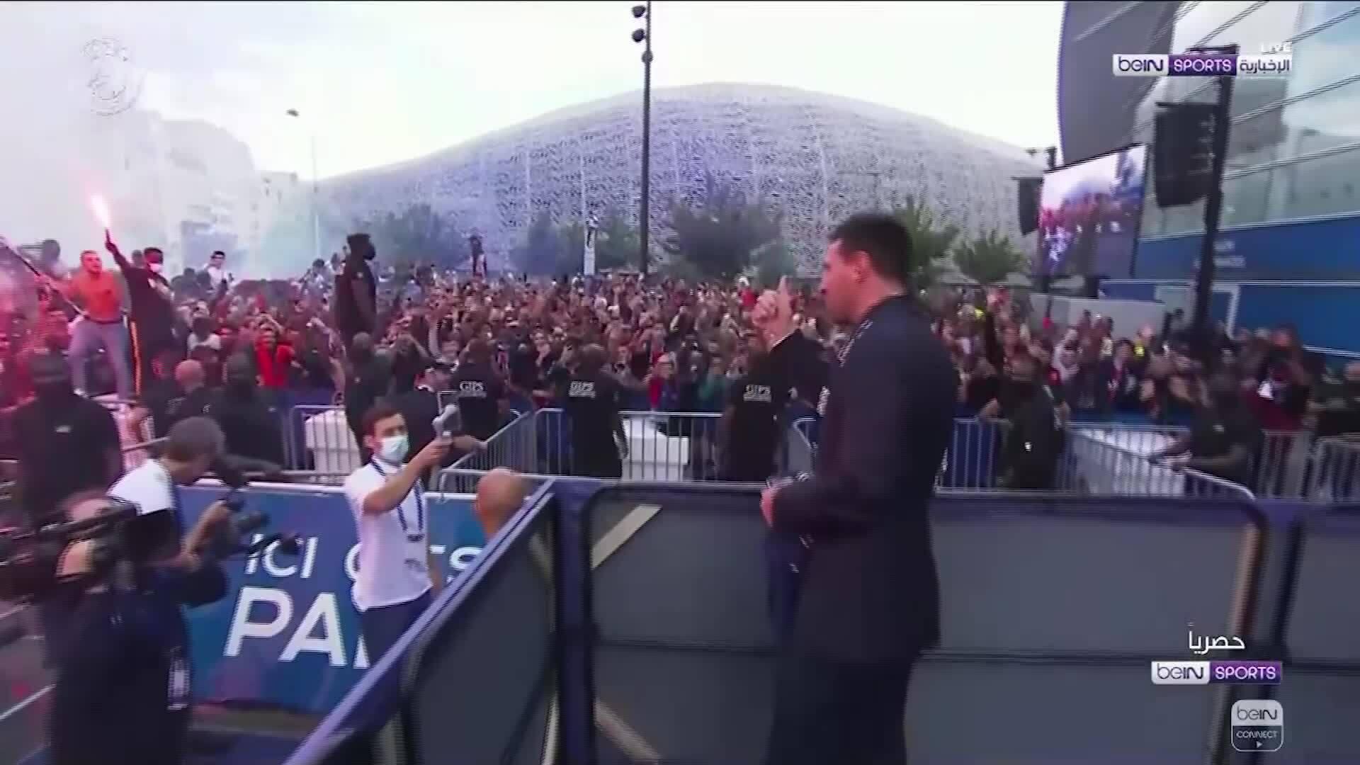 Messi vẫy tay chào người hâm mộ PSG