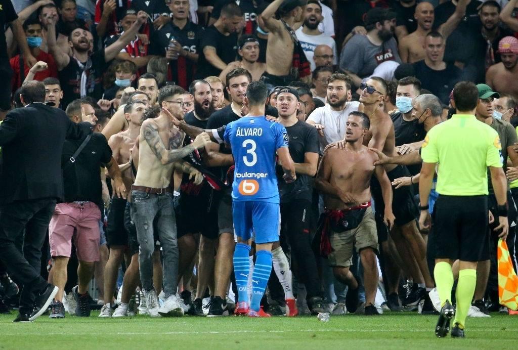 Bạo loạn khiến trận đấu ở giải League 1 hoãn