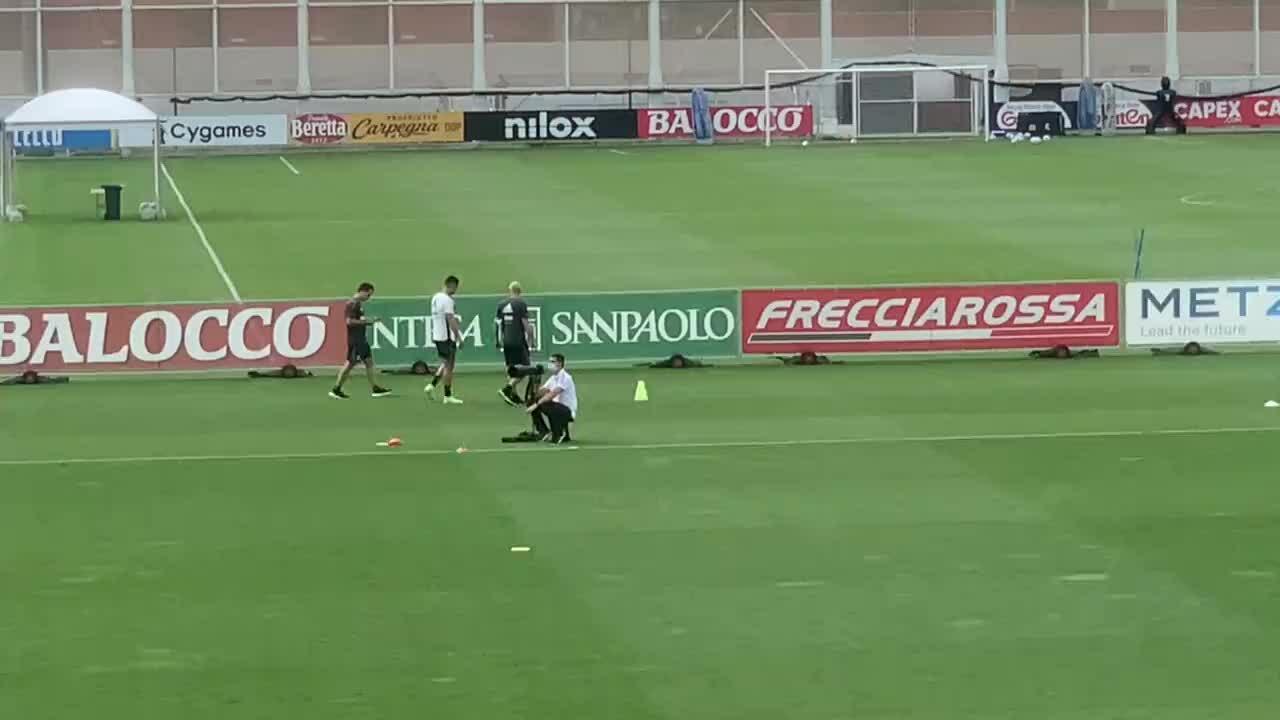 Ronaldo rời sân tập Juventus vì đau tay