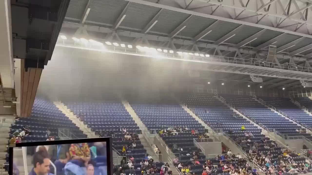 Sân có mái che của Mỹ Mở rộng không ngăn được mưa