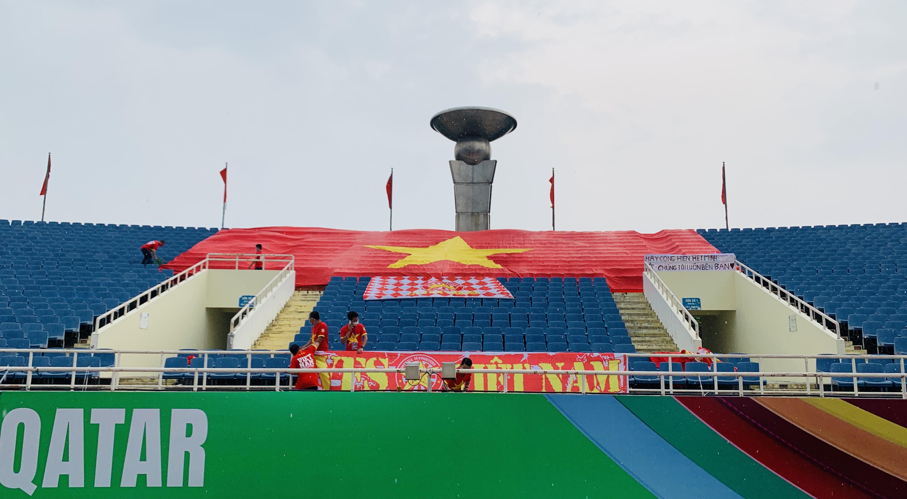 Treo đại kỳ trên sân Mỹ Đình tiếp sức tuyển Việt Nam