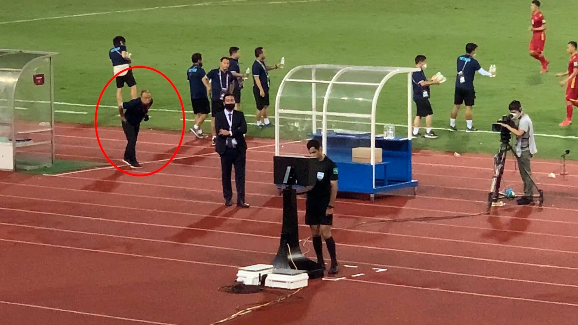 Ông Park xem ké VAR trọng tài