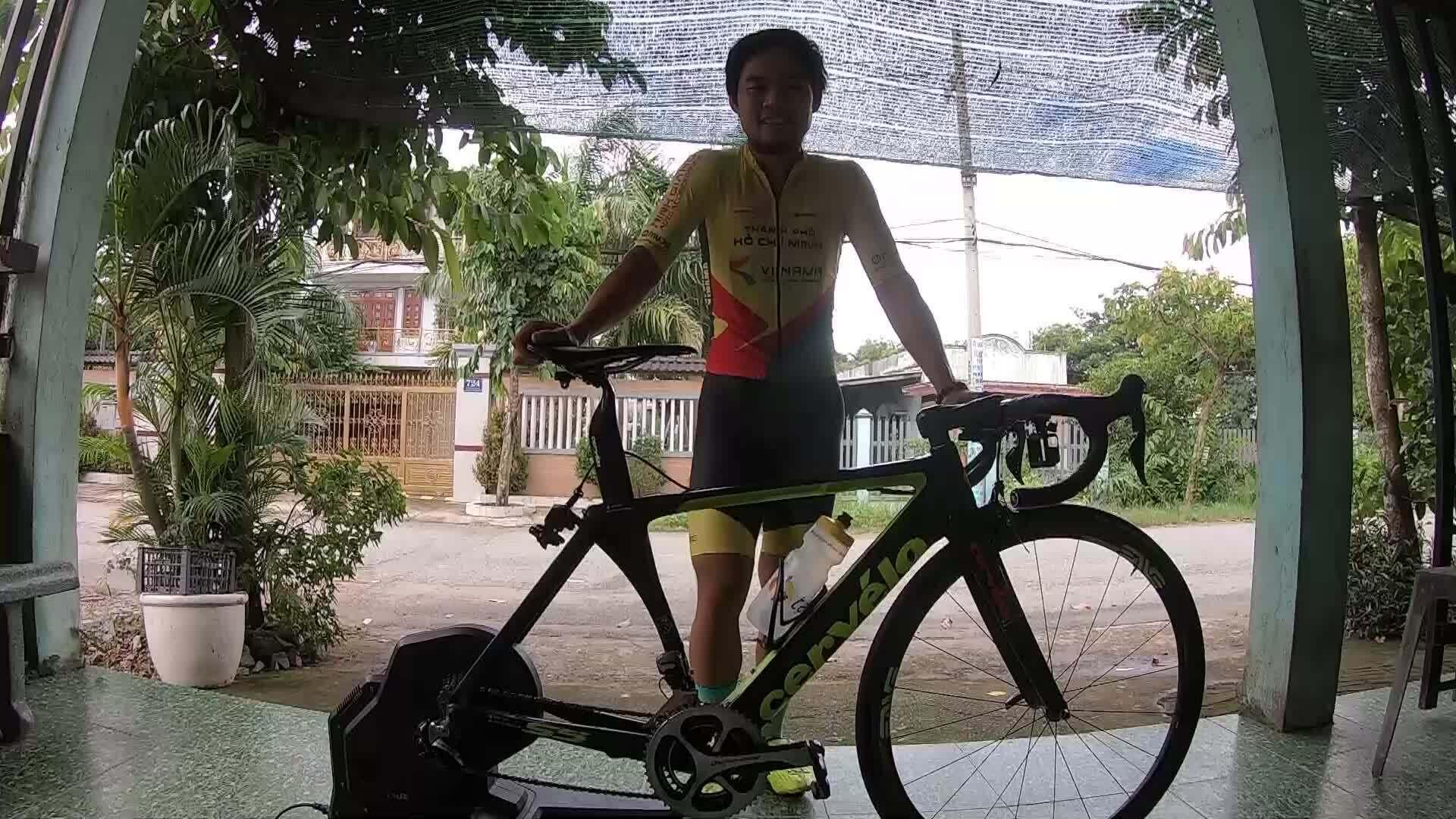 Lê Nguyệt Minh hướng dẫn đạp rulo theo Zwift