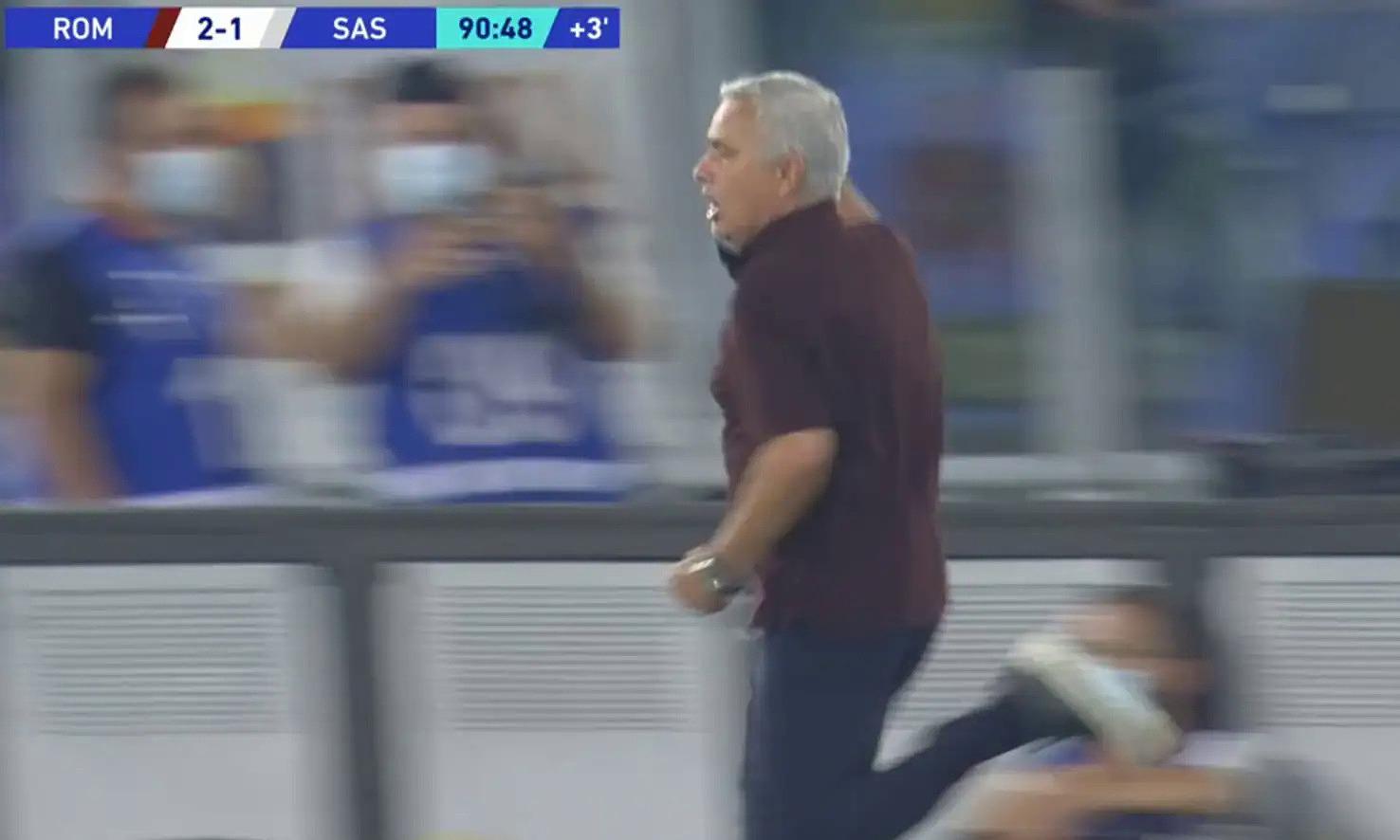 Mourinho và cầu thủ Roma phấn khích với bàn thắng muộn