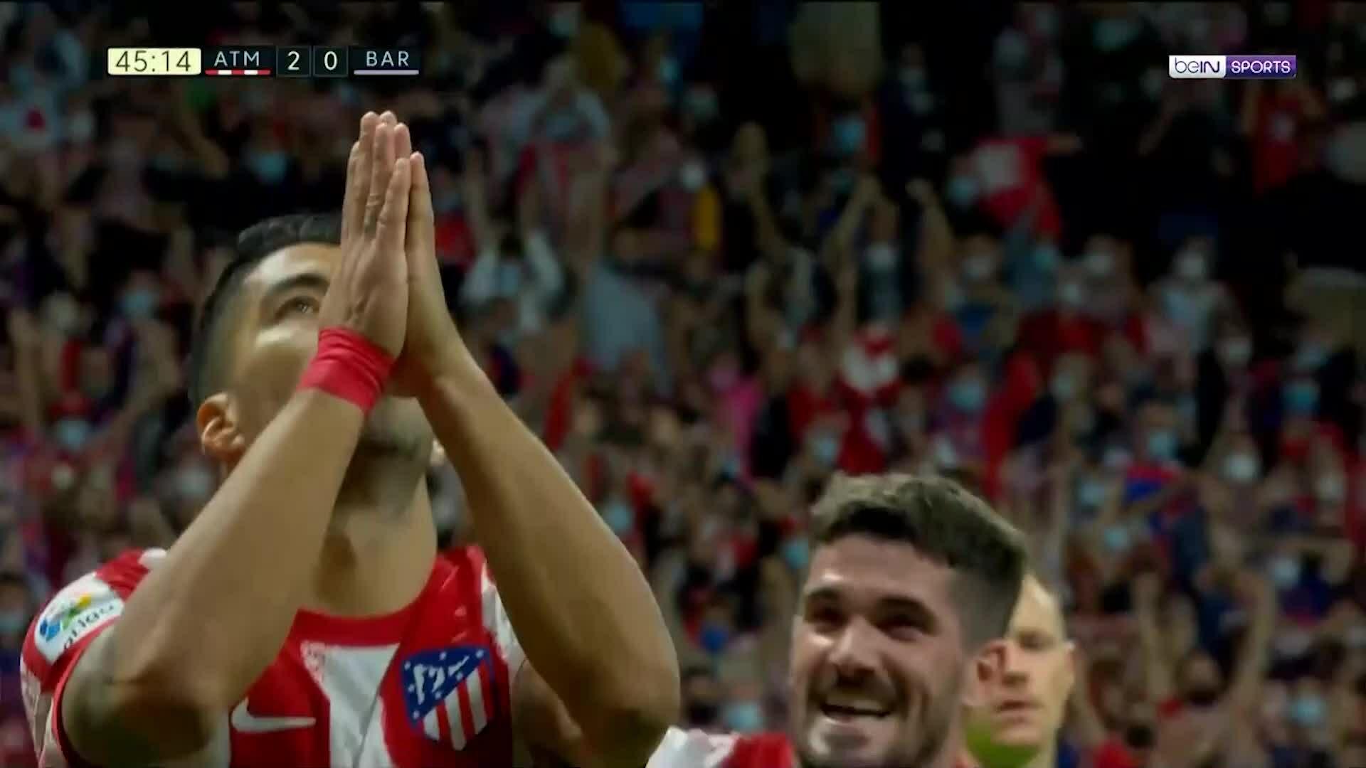 Suarez  chắp tay sau khi ghi bàn vào lưới đội bóng cũ