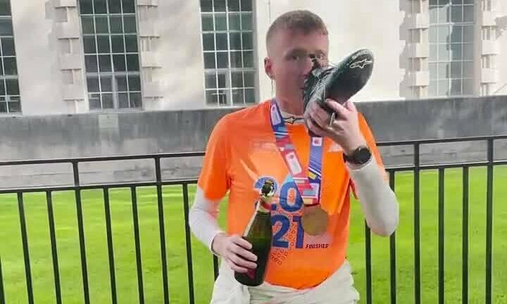 George Crawford uống champagne từ giày chạy marathon