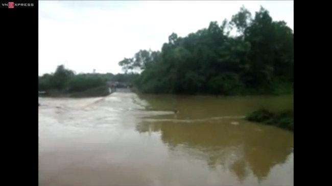 Hiện trường vụ ô tô 7 chỗ bị nước lũ cuốn trôi