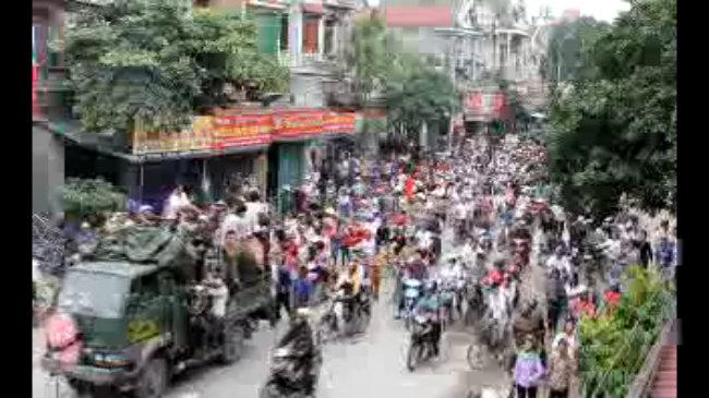 Hàng nghìn người mang quan tài sản phụ diễu phố
