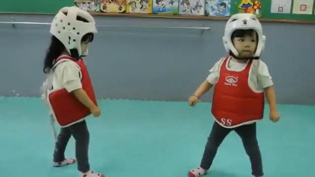 Hai bé sinh đôi đấu karate