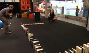 5.000 quyển sách đổ liên tiếp kiểu domino