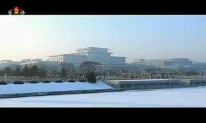 Vợ chồng Kim Jong-un tới viếng cha