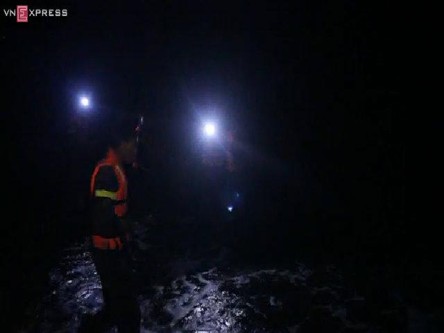 Hàng trăm người tham gia tìm kiếm 7 học sinh mất tích ở biển Cần Giờ