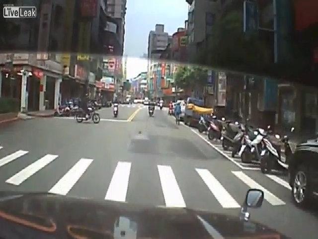 Khi hai xe scooter đâm nhau