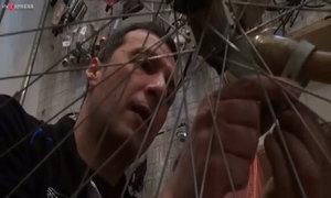 Anh Tây sửa xe đạp tại Hà Nội