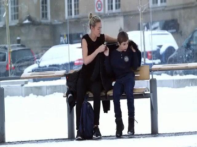 Người lạ nhường áo cho em bé co ro trong giá tuyết
