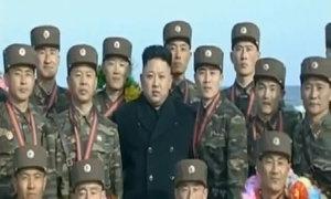 Kim Jong-un xem binh sĩ bắn tên lửa