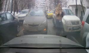 Quyết không cài số lùi, người đẹp khóa xe giữa đường