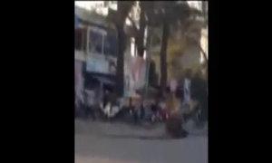 Trâu điên phi trên đường, húc ngã xe máy