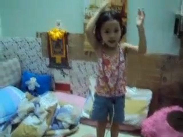 Bé Lana múa điệu Alibaba