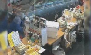 Cụ bà lái 'xe điên' đâm thẳng vào siêu thị