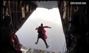Nhân viên y tế nhảy dù xuống du thuyền